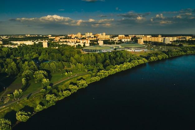 Вид сверху на городской парк и спортивный комплекс в чижовке. парк отдыха с велосипедными дорожками в минске. беларусь.