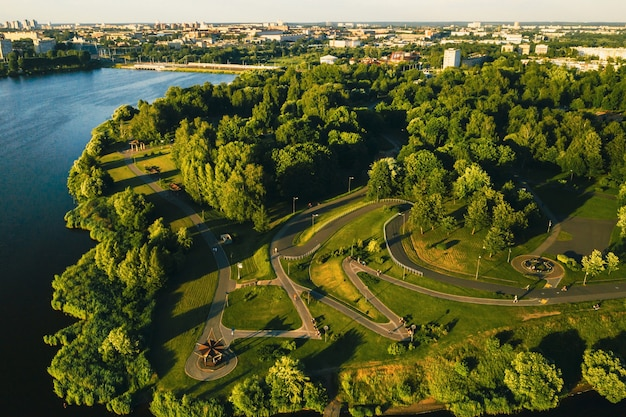 Вид сверху на городской парк в чижовке. парк отдыха с велосипедными дорожками в минске. беларусь.