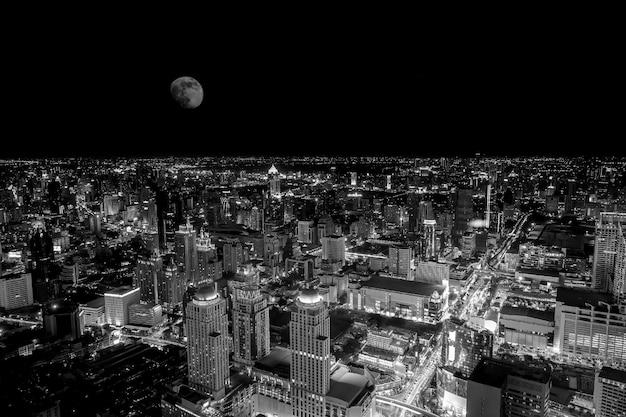 満月の夜のバンコクのカラフルなナイトライフの平面図;黒と白のフィルタートーン。