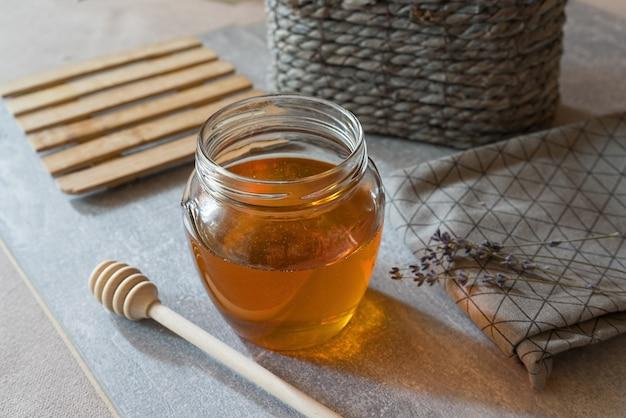 라벤더 꿀, 차, 라벤더 꽃의 테이블에 있는 구성의 상단 보기.