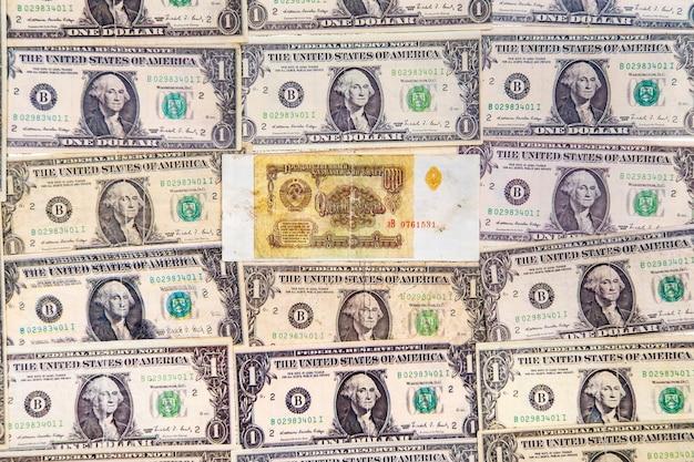달러 지폐와 소련 루블의 상위 뷰 프리미엄 사진