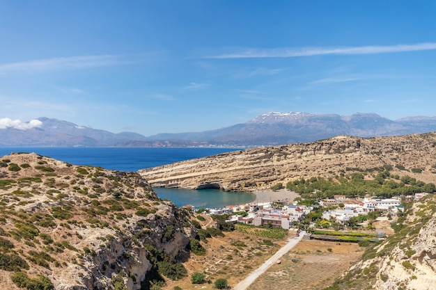Вид сверху на знаменитый пляж матала на острове крит