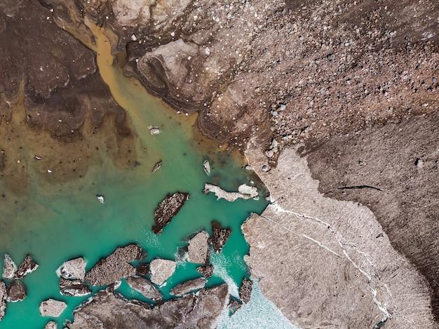 信じられないほどの美しさの火山湖が形成された火山クレーターの割れ目の上面図