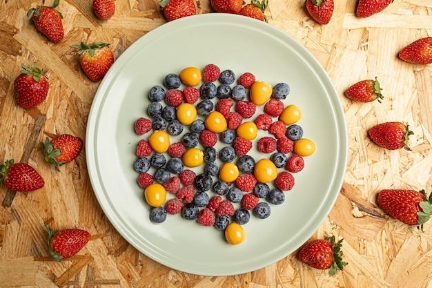 丸い白い皿の上の新鮮なベリーの上面図