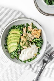 Вид сверху на свежий салат с жареным яйцом