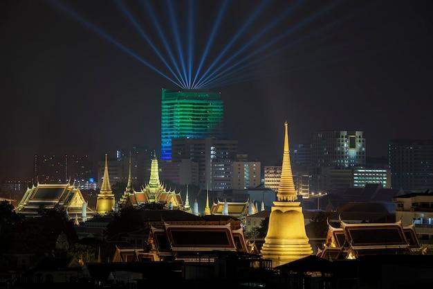 Вид сверху на большой дворец и храм изумрудного будды в ночное время.