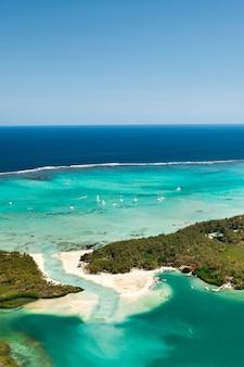 インド洋のモーリシャスのラグーンとサンゴ礁の上面図。