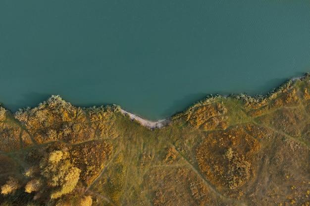 Вид сверху на берег озера