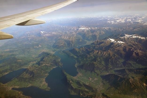 멀리 구름과 눈으로 덮인 알프스 산봉우리의 꼭대기