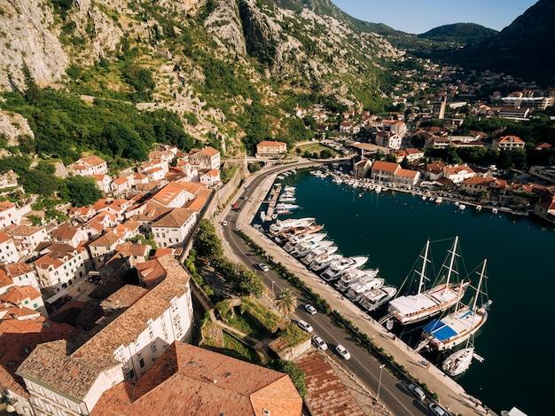 Вид сверху на пристань и старый город