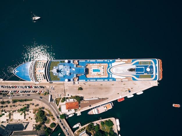 大きなボートと町のある桟橋の上面図
