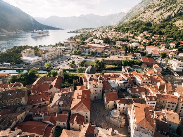 Вид сверху на пристань с большой лодкой и городом