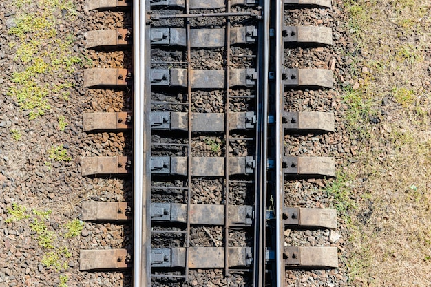 線路の上面図。鉄筋コンクリート枕木とスチールレール。鉄道のクローズアップ。トランスポート接続。