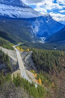 가을 알버타 로키 산맥의 아이스필드 파크웨이(icefields parkway)를 통과하는 도로의 상위 뷰