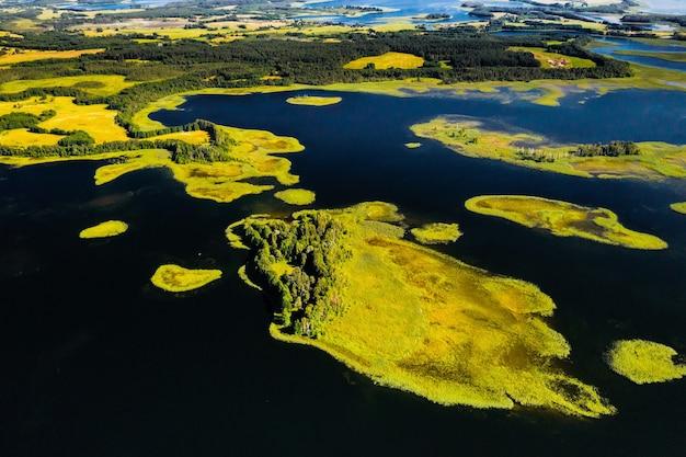 Вид сверху на озера снуды и струсто в национальном парке браславские озера, самые красивые озера беларуси.