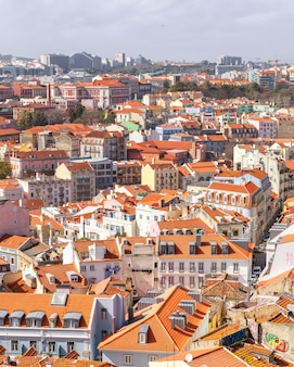 ポルトガルのリスボン旧市街のタイル張りの赤い屋根の上から見る。