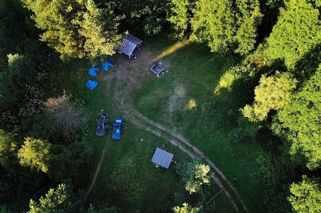 Вид сверху на туристическую базу и озеро болта в лесу в национальном парке браславские озера на рассвете