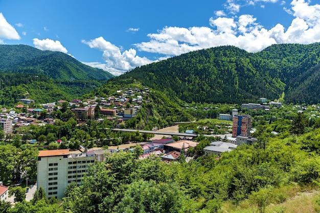 조지아 중부의 남쪽에 있는 보르조미(borjomi) 마을의 상위 뷰