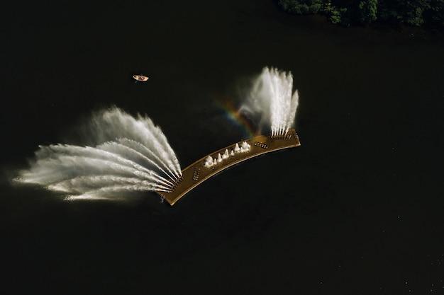ミンスクのビクトリーパークと噴水のあるスヴィスロチ川の平面図。噴水とボートの鳥瞰図。ベラルーシ。