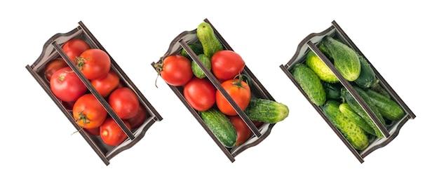 흰색 배경에 격리된 오이와 토마토 세 상자의 위쪽 보기. 프리미엄 사진