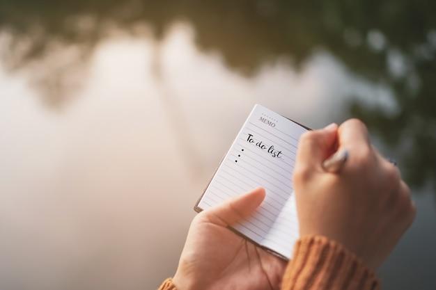 テーブルの上のペンでノート用紙のリストを行うための平面図です。