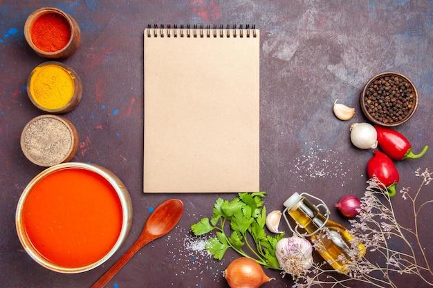 블랙에 다른 조미료와 신선한 토마토에서 요리 한 토마토 수프의 상위 뷰