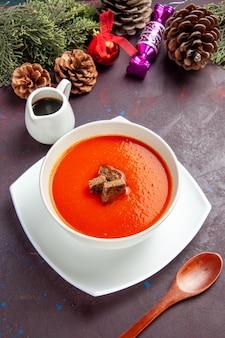 黒にスライスされたパンが入ったトマトスープの上面図