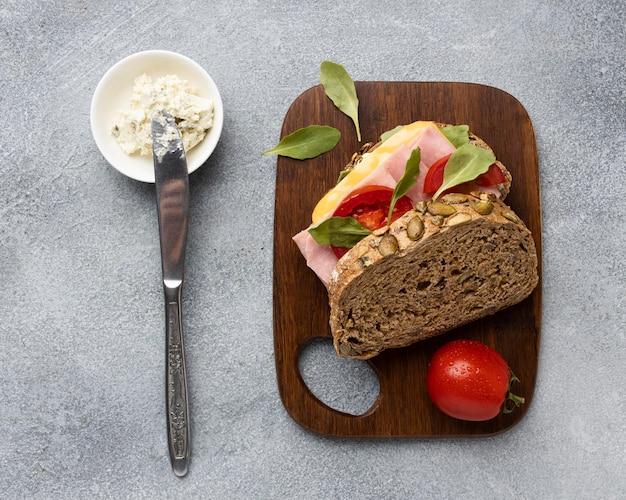 Вид сверху сэндвич с помидорами и беконом