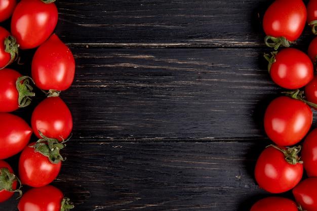 복사 공간 왼쪽 및 오른쪽 및 나무에 토마토의 상위 뷰