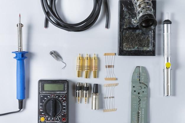 家の電気修理のためのツールの上面図