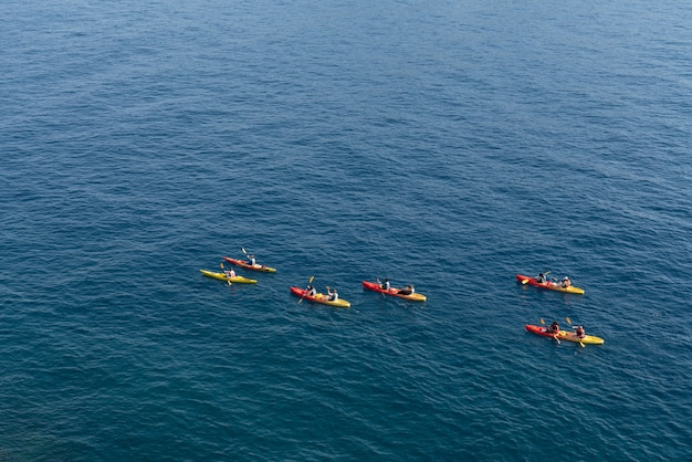바다에 관광 얕은 카약의 상위 뷰