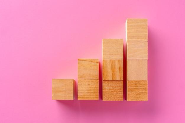 핑크에 장난감 나무 블록의 상위 뷰