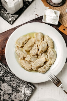 나무 커팅 보드에 접시에 전통적인 아제르바이잔 인 gurza의 상위 뷰