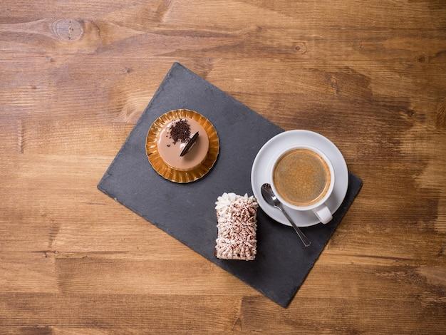 근처에 커피 한 잔이 있는 전통적인 디저트의 최고 전망. 갓 구운 초콜릿 케이크. 맛있는 커피. 맛있는 케이크.
