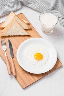 접시에 제공되는 계란 프라이로 만든 전통적인 건강하고 쉬운 빠른 아침 식사의 최고 전망.