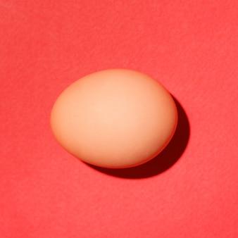빨간색 배경에 전통적인 빨간색 부활절 달걀의 상위 뷰.