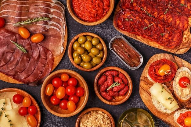 Вид сверху традиционных испанских тапас