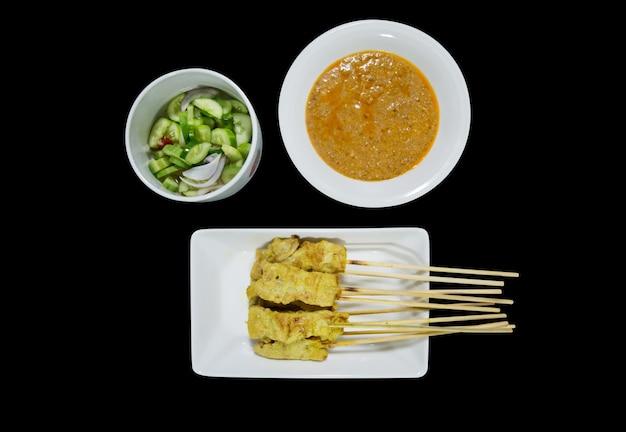 Вид сверху на традиционный тайский стейк из жареной свинины на черном изолированном