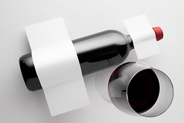 空白のラベルが付いている半透明のワインボトルの上面図