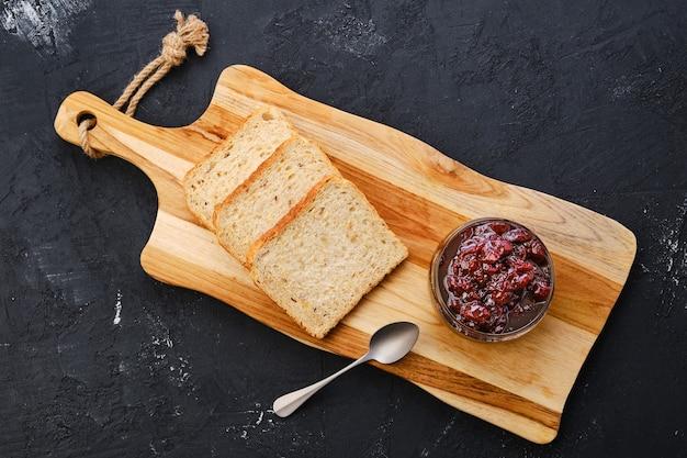 チェリージャムとトーストパンと透明な鍋の上面図