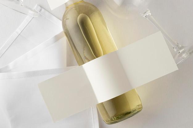 空白のラベルとガラスの透明なワインボトルの上面図