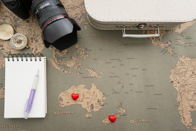 Вид сверху композиции путешествия с различными объектами