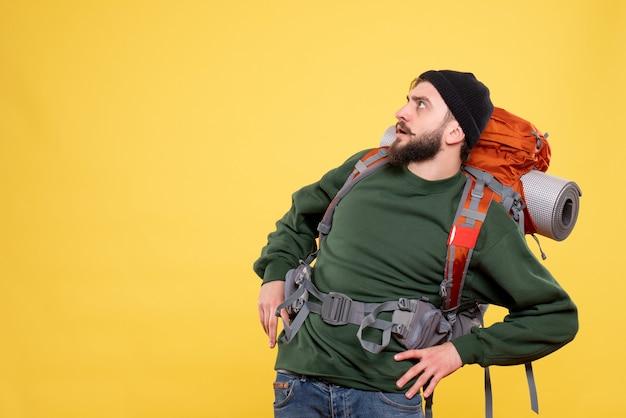 Packpack와 호기심 젊은 남자와 여행 컨셉의 상위 뷰