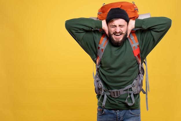 パックパックと神経質な感情的な若い男と旅行の概念の上面図