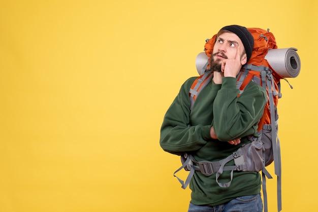 Вид сверху концепции путешествия с думающим молодым парнем с рюкзаком