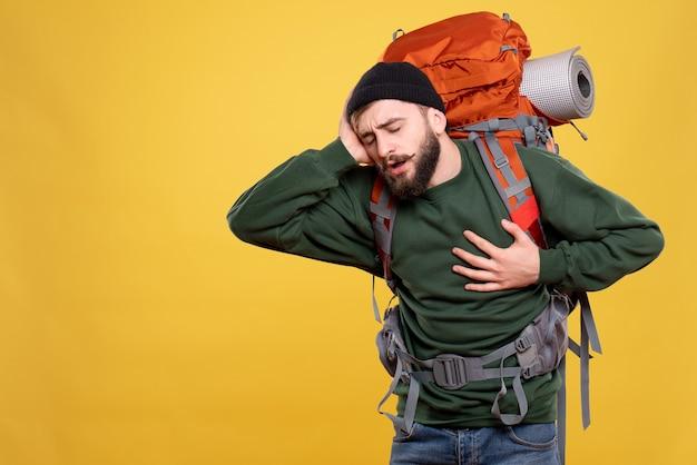 痛みに苦しんでパックパックを持つ問題を抱えた若い男と旅行の概念の上面図