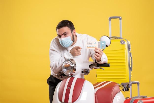 オートバイの近くに立っている医療マスクの若い男と旅行のコンセプトのトップ ビュー