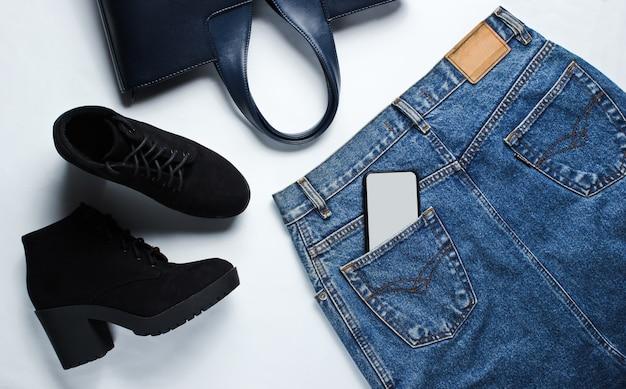 流行の服、スマートフォン、アクセサリーのトップビュー