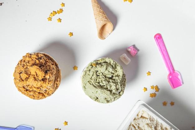 흰색 표면에 다양한 맛의 장인 아이스크림 욕조의 상위 뷰