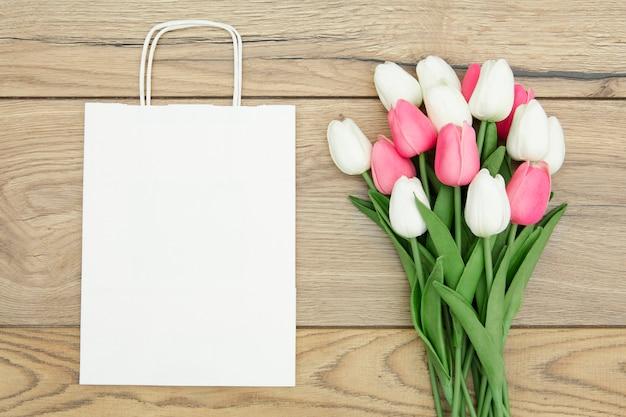 Вид сверху букет тюльпанов с копией пространства